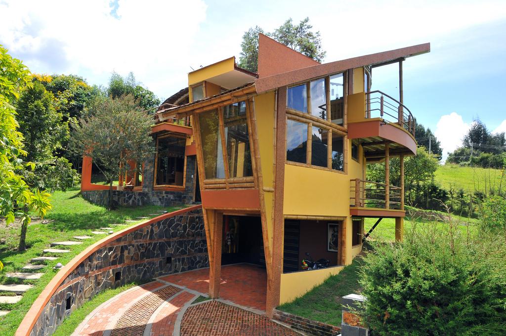Casas en terrenos con desnivel sinergia y materiales - Casa con terreno ...